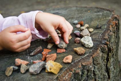 hands_stones